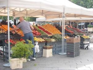 カラフルな野菜,果物の出店